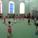 все гимнастки усердно тренируются