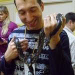 редактор сайта Центрального стадиона тоже захотел подержать змею